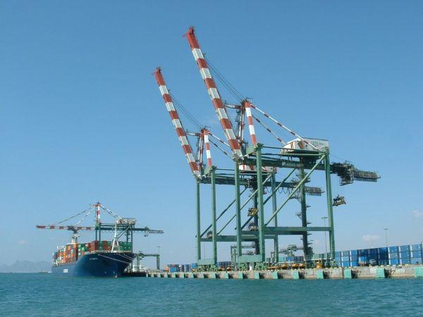 باخرتان تجارتين ترسو في ميناء عدن