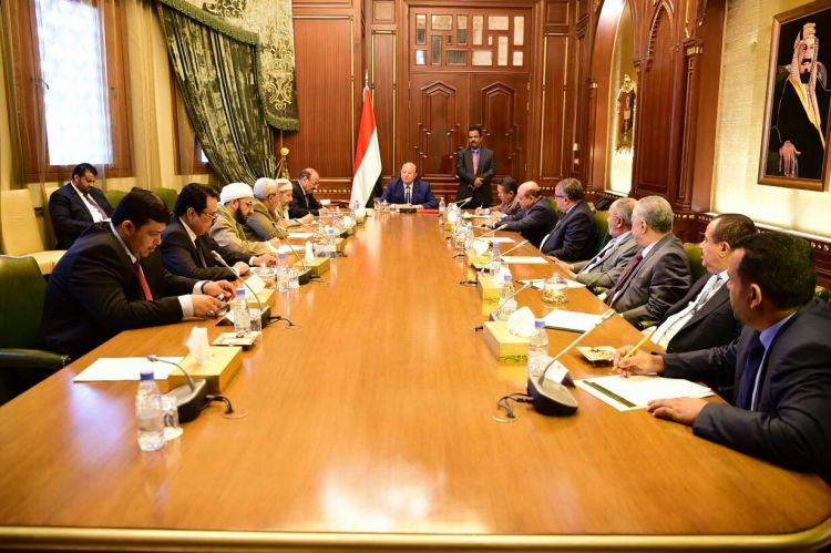 """رئيس الجمهورية يناقش مع مستشاريه """"مستقبل اليمن الاتحادي الجديد"""""""