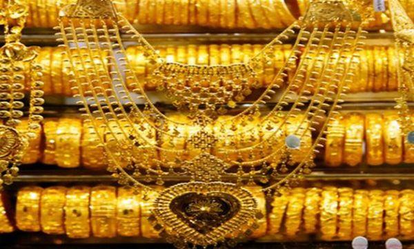 الذهب ينخفض بفعل جني الأرباح وارتفاع الدولار