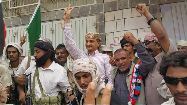مسؤول حكومي مقرب من محافظ شبوة يهاجم الرئيس هادي والحكومة الشرعية