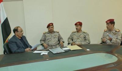 نائب الرئيس  يطلع على سير أداء مختلف الوحدات العسكرية