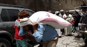 العمال اليمنيون في عيدهم.. منسيون ومطحونون بين رحى الحرب الدائرة منذ عامين