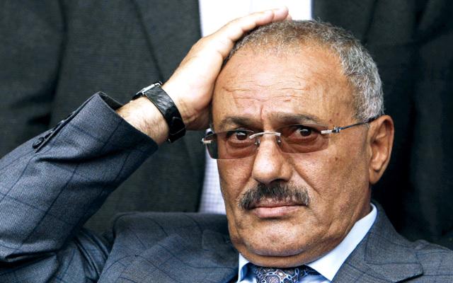 صحيفة إماراتية تعلن رضوخ صالح للضغوط  الدولية ونية خروجه من البلاد