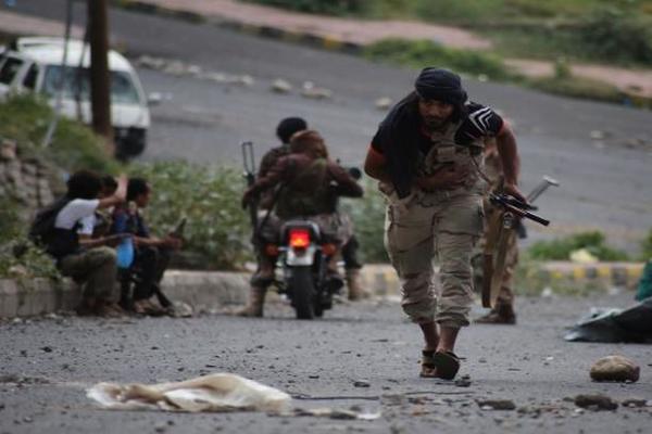 """كاتب يمني يكشف سبب تكثيف الامارات لتسليح """"كتائب ابو العباس"""" في تعز"""