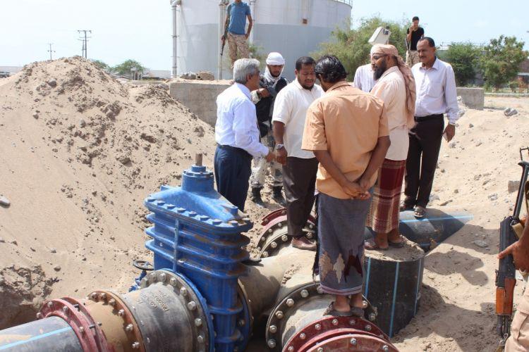 وزير المياه والبيئة يتفقد حقول المياه الممونة في عدن