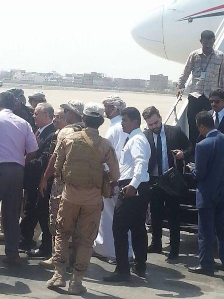 شاهد اول صورة للمحافظ عبدالعزيز المفلحي أثناء وصوله مطار عدن الدولي