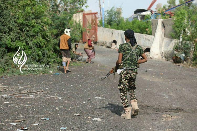 شاهد بالصور الجيش الوطني داخل القصر الجمهوري بتعز وأسرى من الانقلابيين وجثث الحوثيين تملأ الشوارع