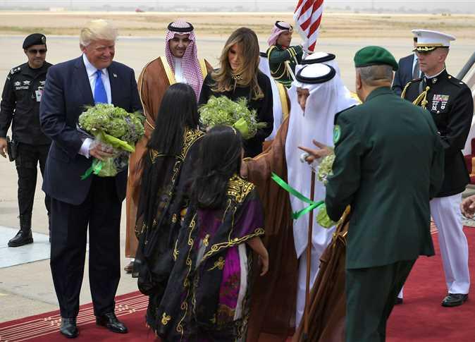 بالصور .. الملك سلمان يستقبل الرئيس الامريكي دونالد ترامب في الرياض