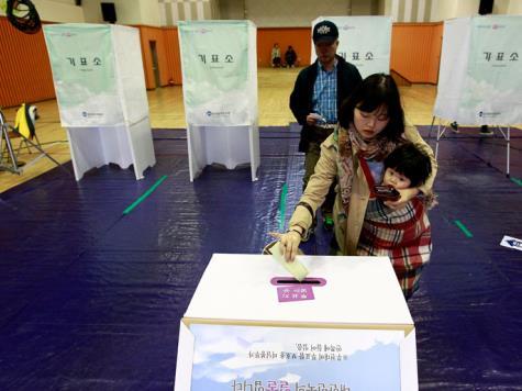 """بعد فضيحة """"الرئيسة السابقة""""، كوريا الجنوبية تنتخب رئيساً جديداً"""