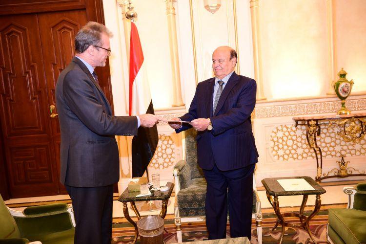 الرئيس هادي يلتقي السفير الفرنسي لدى اليمن