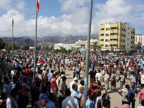 مسلحو الشنفرة يقطعون الخط العام بالضالع حتجاجا على اختطافه من قبل مسلحين في عدن،