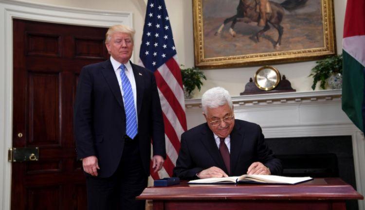محمود عباس يصفق لنفسه وحيدًا في واشنطن