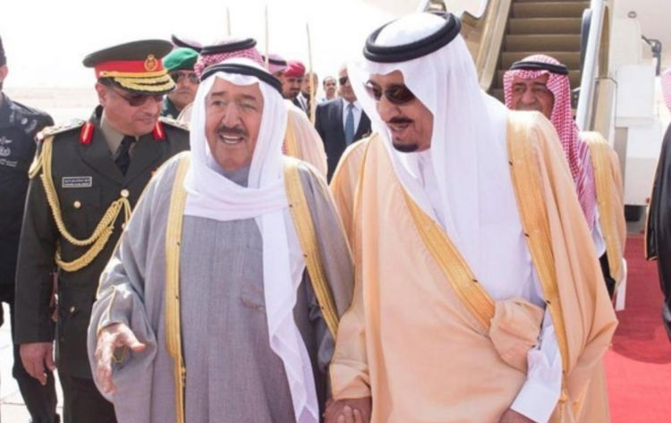 الأمير الكويتي يتوجه إلى السعودية غداً للقاء الملك سلمان