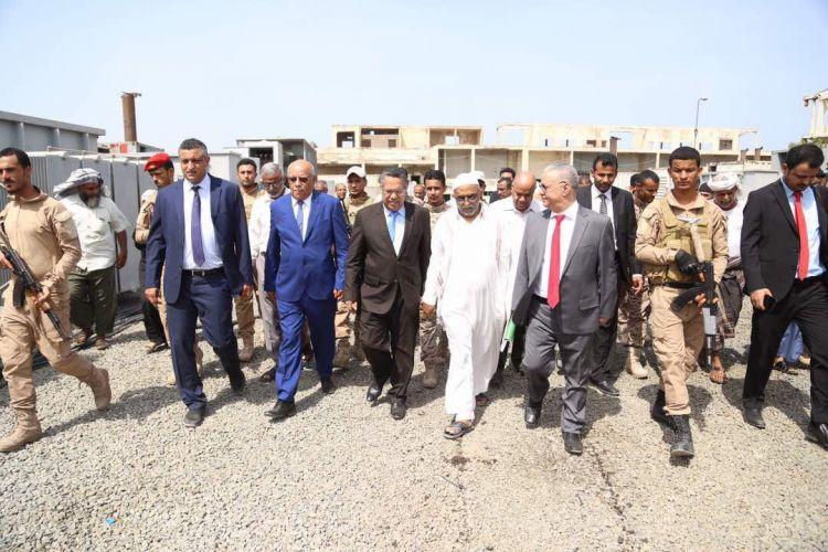 رئيس الوزراء ومحافظ عدن يتفقدان محطة خور مكسر الكهربائية