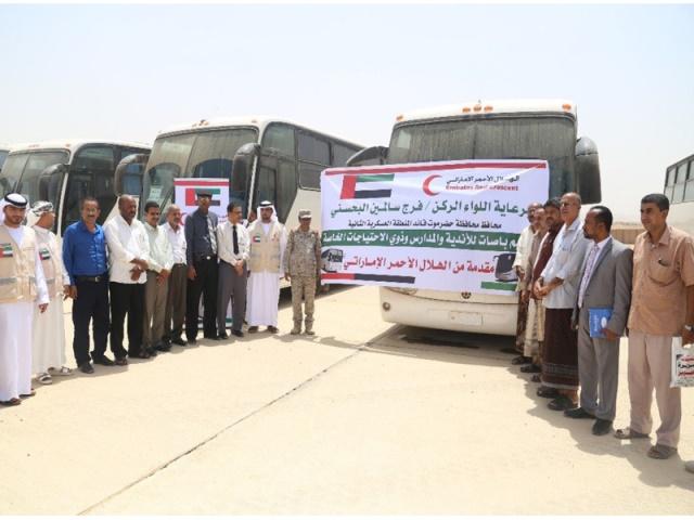 الامارات تسلم حضرموت حافلات لدعم عدة قطاعات