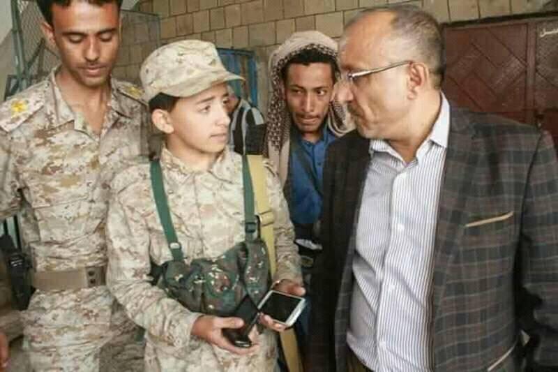 صورة لطفل حوثي يشرف على الامتحانات تثير سخرية واسعة على التواصل الإجتماعي