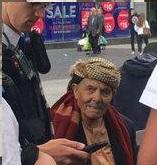 """شاهد بالصور.. هذا ماكان يحمله مسن يمني في """"ليفربول"""" فاثار الرعب والخوف واستدعى تدخل الشرطة"""