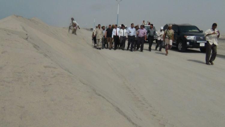 محافظ ابين يطلع على مشروع رفع الكثبان الرملية من خط عدن – ابين