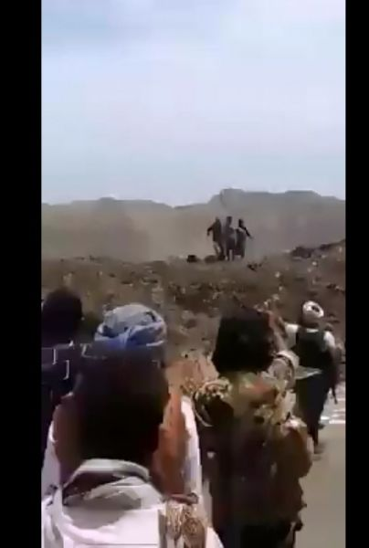"""هام.. شاهد بالصور """"علم"""" دولة عربية يظهر في فيديو الاعدام لاشخاص """"ذبحا ورميا بالرصاص"""""""