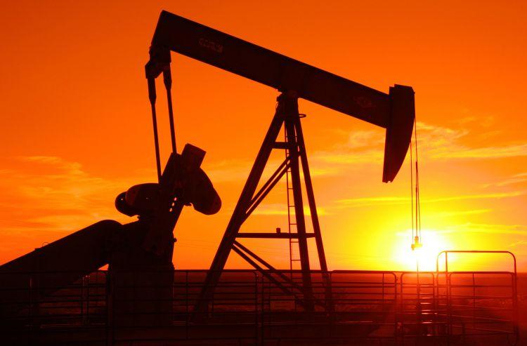 النفط يتراجع 2% بسبب وفرة معروض أوبك