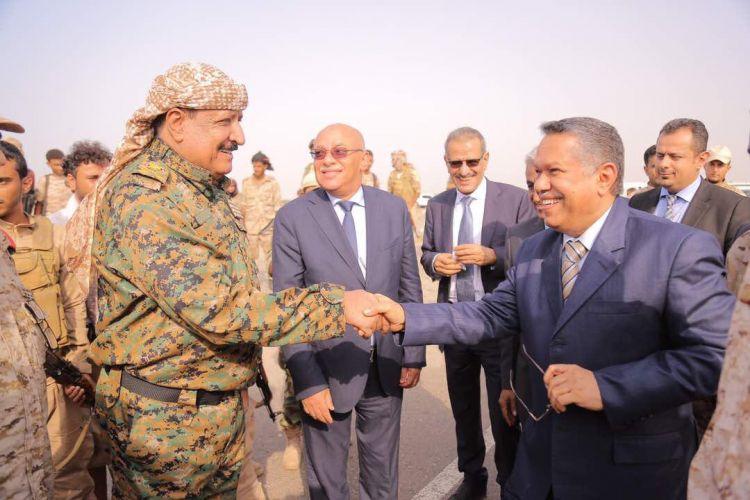 رئيس الوزراء يشهد عرضاً عسكرياًً في أبين ويشيد بنضال أبنائها