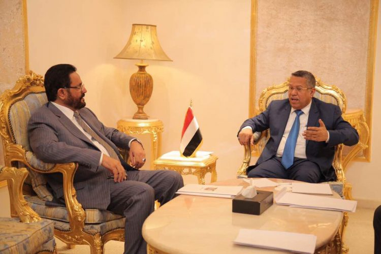 رئيس الوزراء يلتقي محافظ مأرب ويناقشان الاوضاع الامنية والخدمية في المحافظة