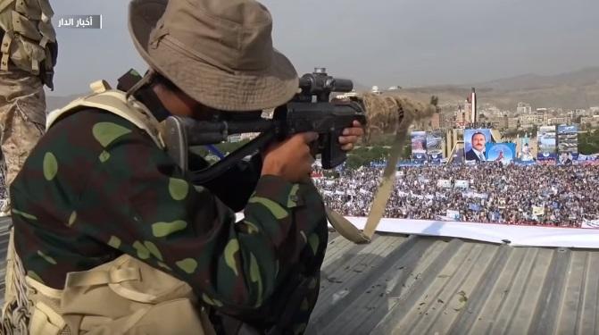 بالفيديو: تدافع المواطنين وهروبهم عندما أطلق الحوثيين الرصاص في ميدان السبعين