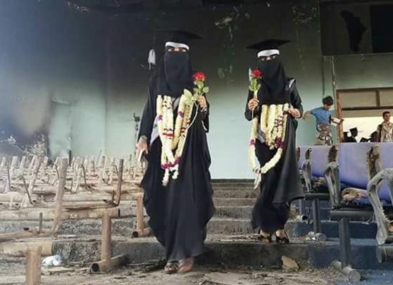 بالصور.. شاهد كيف احتفل طلاب في تعز بتخرجهم على أطلال الجامعة المقصوفة