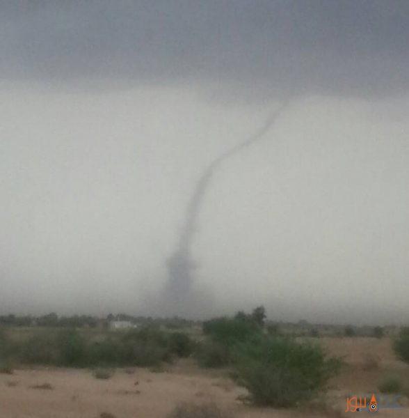 شاهد بالصورة.. إعصار يضرب أحدى مناطق الحديدة غرب اليمن