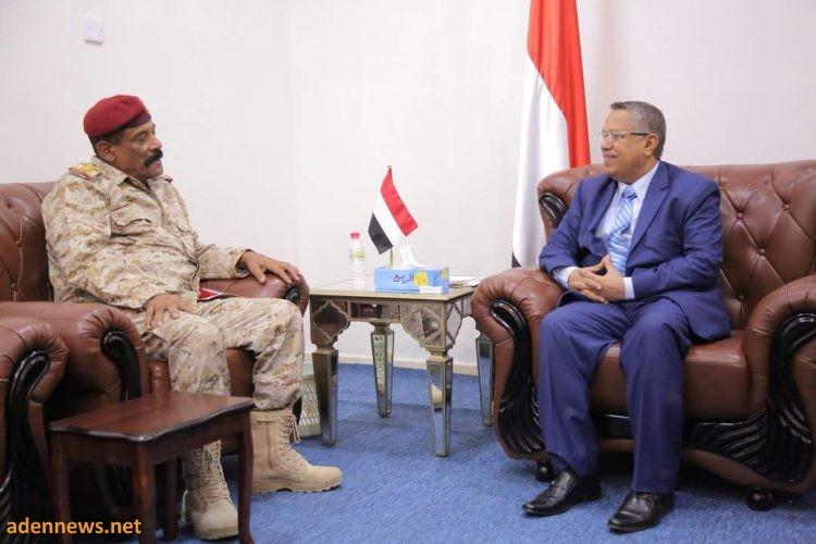 """رئيس الوزراء يلتقي قائد محور العند واللواء 131 مشاة العميد """"جواس"""""""