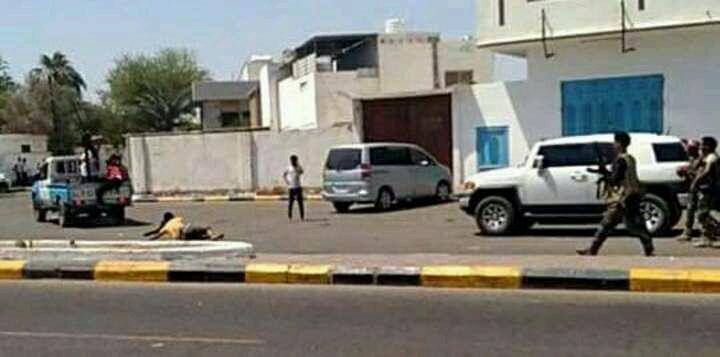 شاهد بالصورة… قوات الامن في عدن تسحل احد المواطنين