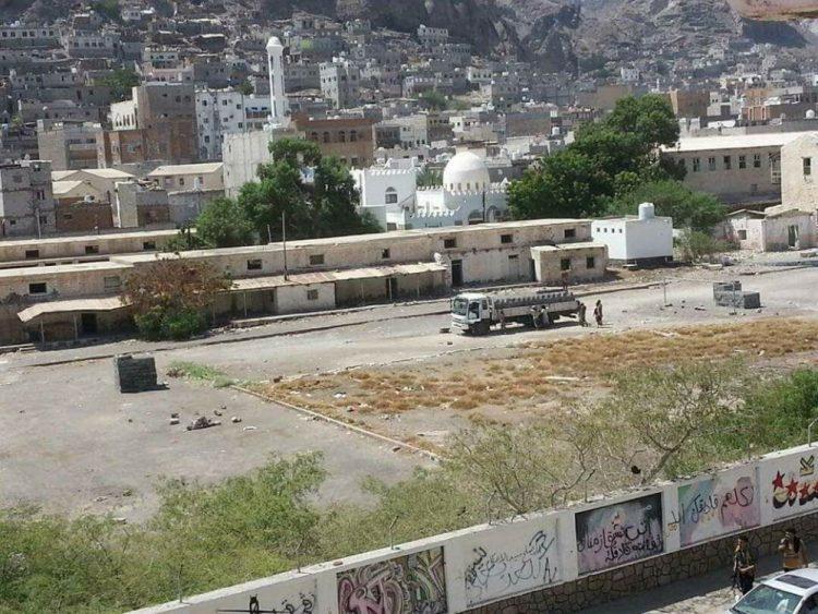أسر الشهداء في عدن توجه صفعة للحزام الامني و تنفي صلتها بعملية تقسيم اراضي معسكر عشرين في كريتر