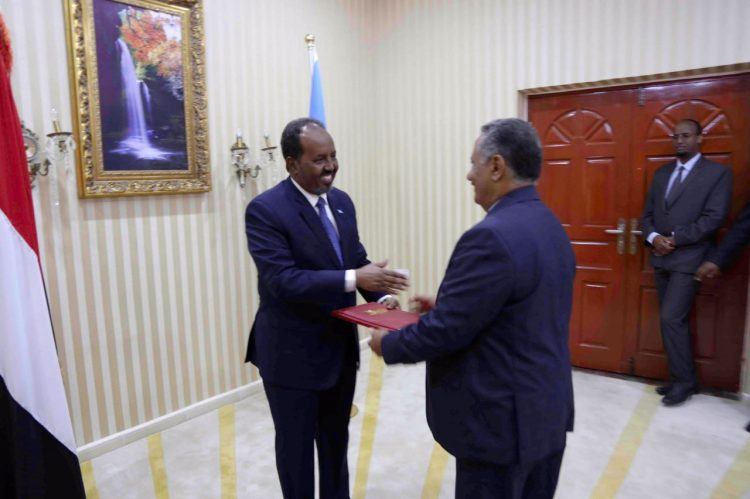 السفير فضل الحنق يلتقي وزير الخارجية الصومالي لبحث اوضاع اللاجئين اليمنيين