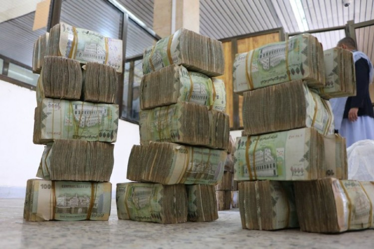 العملة المحلية تشهد تراجعاً أمام العملات الأجنبية في العاصمة المؤقتة عدن
