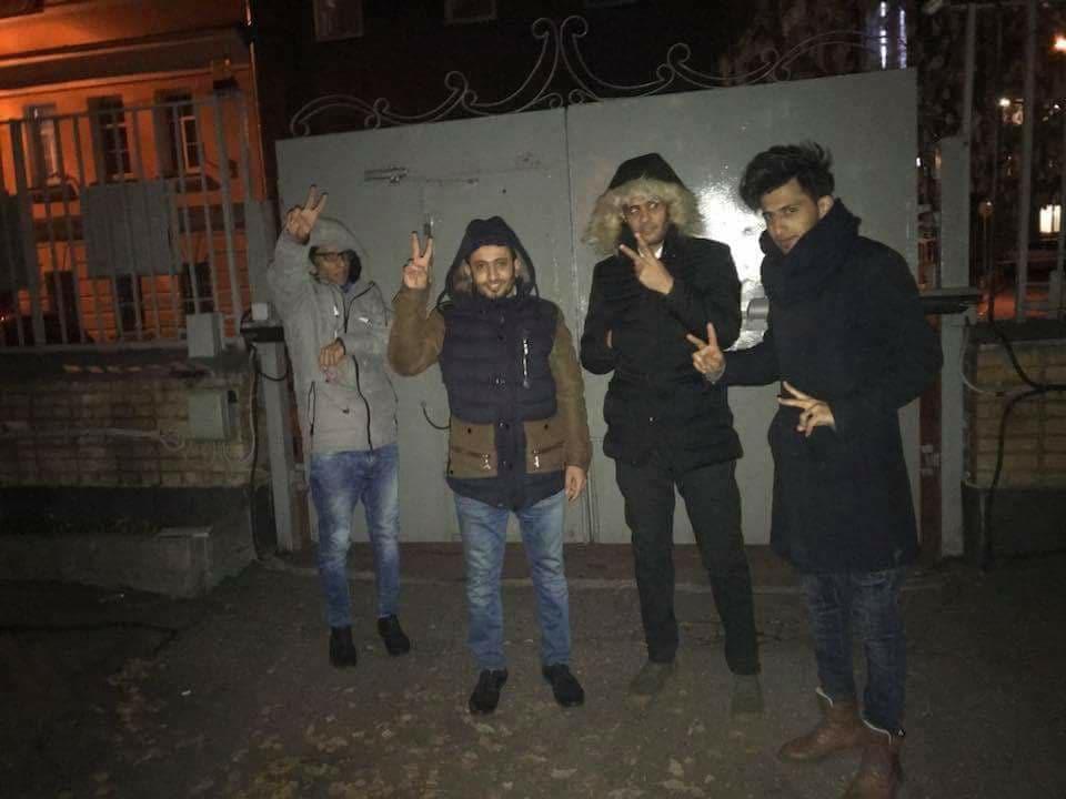 طلبة يمنيون يغلقون السفارة اليمنية في موسكو بعد منعهم من الدخول الى السفارة للاحتجاج