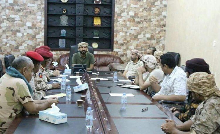 """هام.. في اجتماع امني بعدن.. ضابط اماراتي """"يهين"""" قيادات عسكرية يمنية كبيرة.. تفاصيل"""