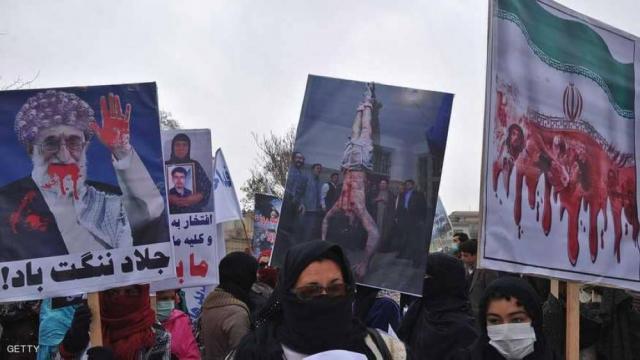 """إيران تنتفض.. انشقاقات في """"الحرس الثوري"""" وغضب عارم والحشود تتوجه إلى بيت خامنئي"""