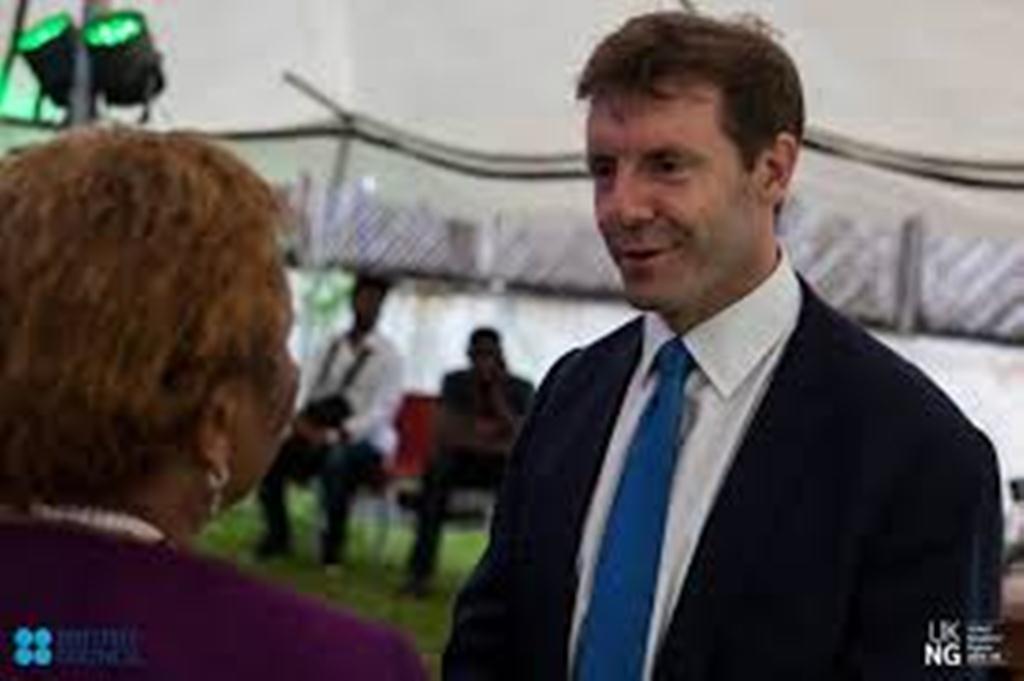 بمناسبة انتهاء مهامه في اليمن السفير البريطاني يقول إن بلاده تعمل على التوصل لحل سياسي شامل في اليمن