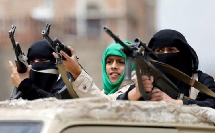 قيادية حوثية وفرقتها المسلحة تسطو على ارضية مواطن في اب