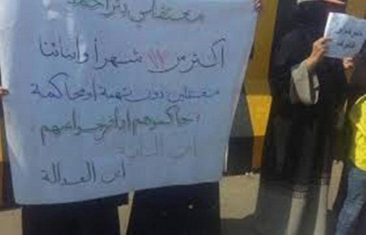 قوات الحزام الامني في عدن تهاجم وقفة إحتجاجية لأمهات معتقلي سجن بير أحمد