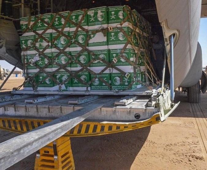"""صحيفة إماراتية تهاجم """"السعودية"""" وتقلل من حجم الدعم الذي تقدمه لليمن"""