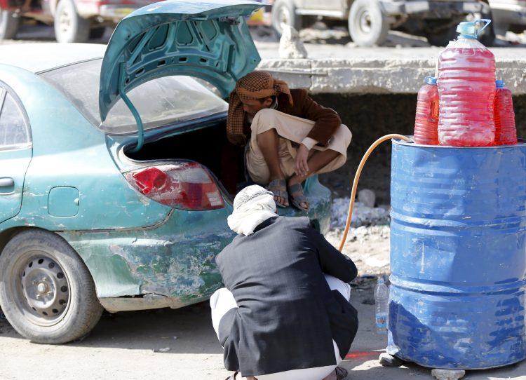 أزمة المليشيات تنعش أسواقها السوداء وأكثر من 15 ناقلة وقود معظمها لتجار حوثيين في ميناء الحديدة