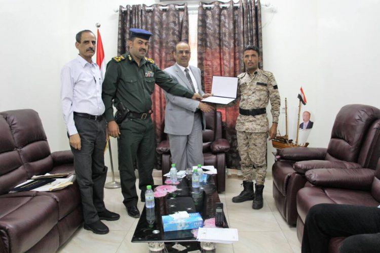 وزير الداخلية يكرم قائد نقطة دوفس الأمنية بأبين تقديراً لنجاحاتها الكبيرة