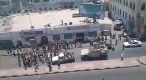شاهد فيديو لتظاهرة وسط عدن تمنع موكب أمني كبير من المرور