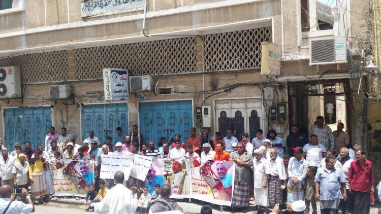 وقفة إحتجاجية في عدن للجمعة الثالثة تطالب بإطلاق سراح باحويرث والسماح لأسرته بزيارته