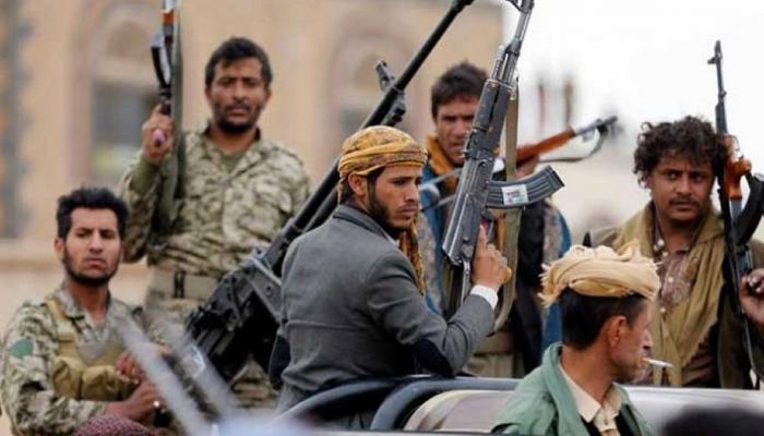 مشرف حوثي يقوم بإطلاق النار على جندي في مذيخرة إب ويودعه السجن