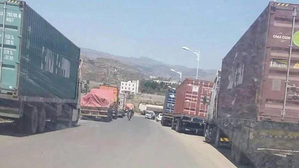 مليشيا الحوثي تحتجز شحنات محملة بمساعدات إنسانية بأحد مداخل مدينة إب