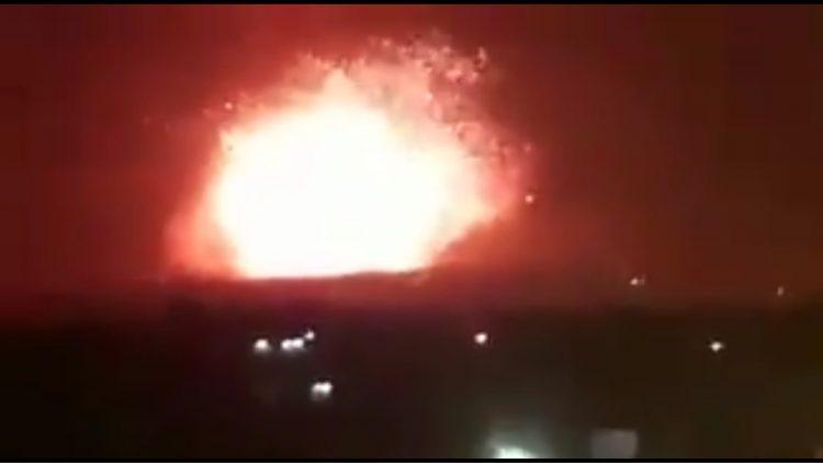 هجوم صاروخي على قاعدة إيرانية في ريف حماة يسفر عن سقوط عشرات القتلى (فيديو)