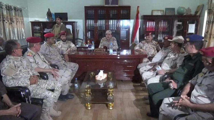 نائب رئيس هيئة الأركان يعقد اجتماعاً بالقيادات العسكرية والأمنية في تعز
