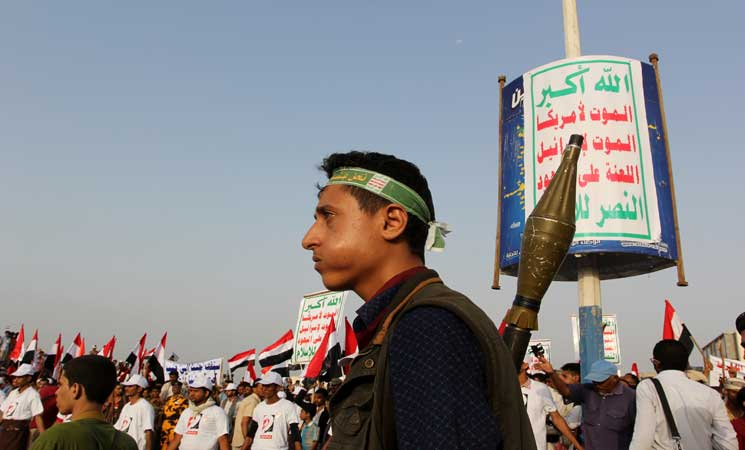 """قيادي في مليشيا الحوثي ينهب مليوني ريال من مستحقات موظفي الضرائب بذريعة """"المجهود الحربي"""""""